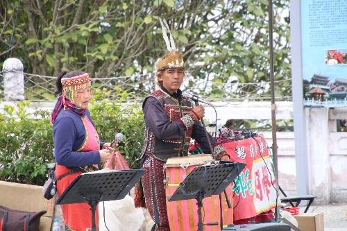 文武廟で少数民族が民族衣装を着て、歌を歌い、音楽を奏でていた
