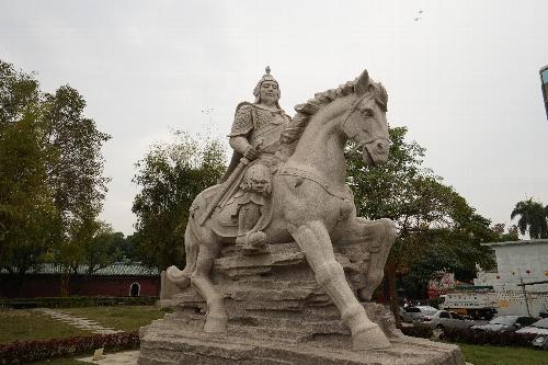 馬に乗った鄭成功の大きな白い像