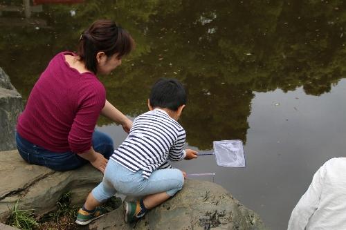 須藤公園の池でザリガニ釣りの親子