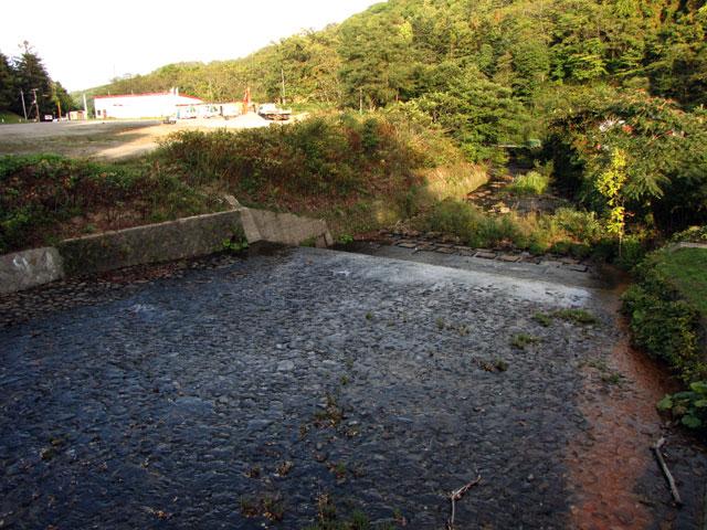 小樽奥沢水源地「階段式溢流路」水管橋からみた勝納川方面