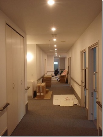 1階床のタイルカーペットを貼っています