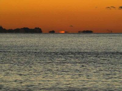 日が海に沈む寸前