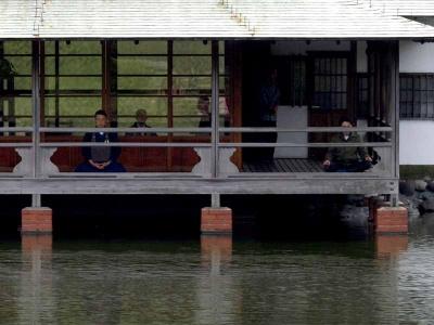 水上の回廊で座禅を組んでいる人