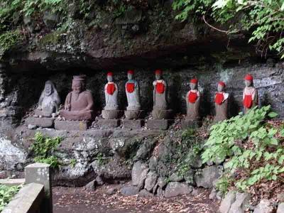 崖に並ぶ石仏