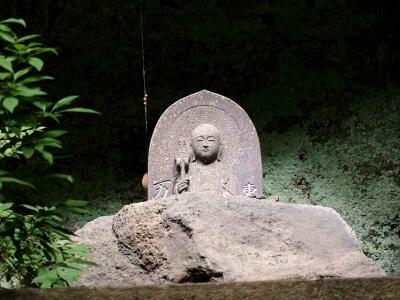 石段の上の立派な石仏