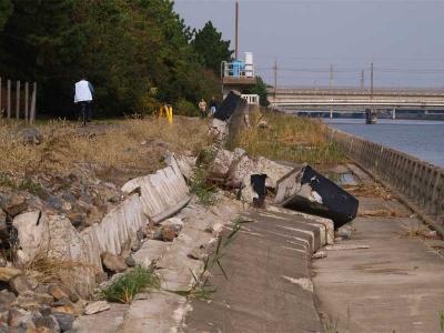 崩れた堤防