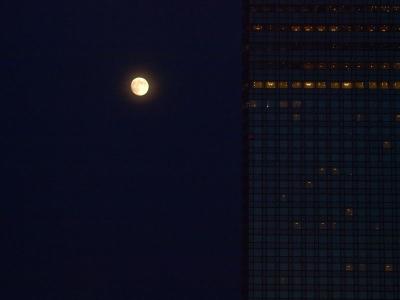 幕張メッセの月