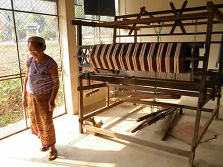 タイ北部のルー族の村の機織り