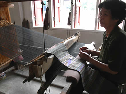 タイルー族の機織りと布