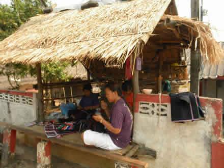 アカ族の村で