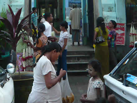 タナカを塗るミャンマー(ビルマ)の子どもたち
