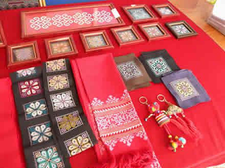 ミェン族の村の子どもたちの刺繍
