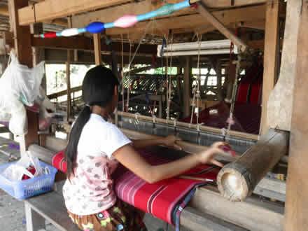 タイ国境カレン族の村にて 女性の機織り