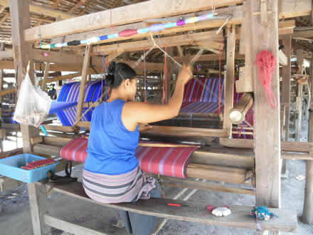 タイ国境カレンの村の機織り風景
