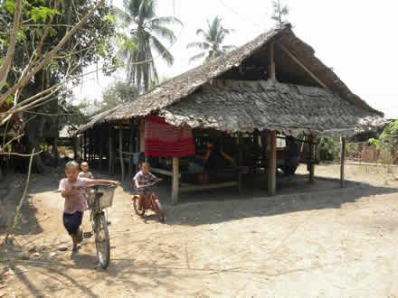 カレンの村の機織り小屋