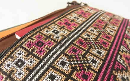 ミェン刺繍の3つファスナーポーチ