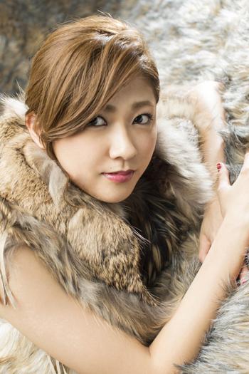 モフモフの暖かそうな毛皮の衣装を着る熊井友理奈