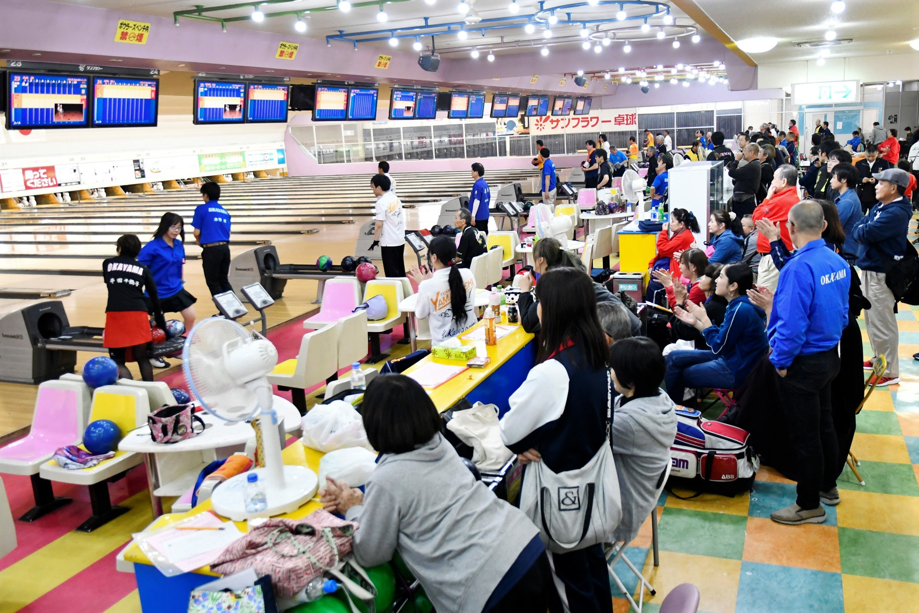 _DSC0437-地元岡山の選手の後方には応援する観客力も力が入る.jpg