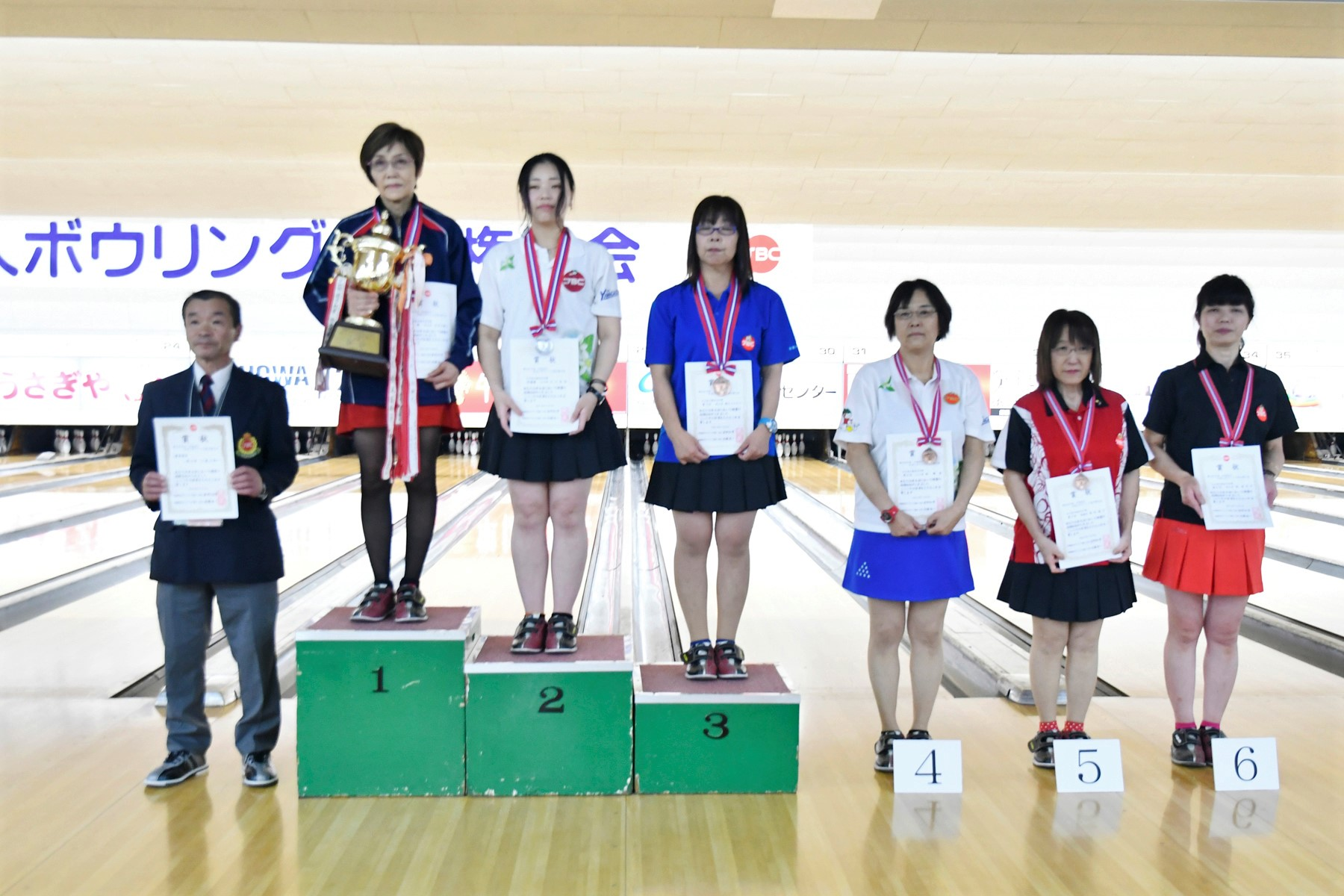 _DSC0611-女子選手権者決定戦表彰(監督表彰者を含む).jpg
