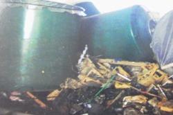被災した酒造のタンク