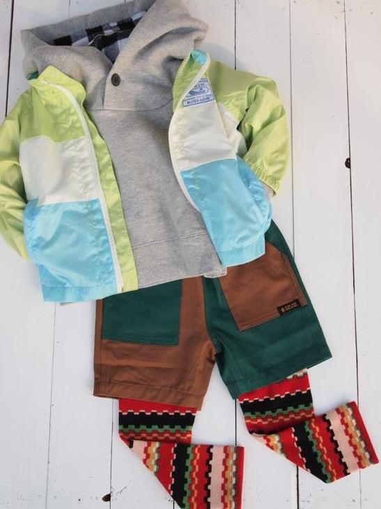 8eab2d9ce2654 薄手で軽く、フードなしなので保育園や学校での着用も安心な1枚です。