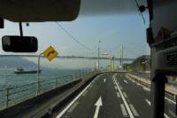 バスから関門橋がみえる
