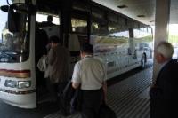 バスに乗り込み