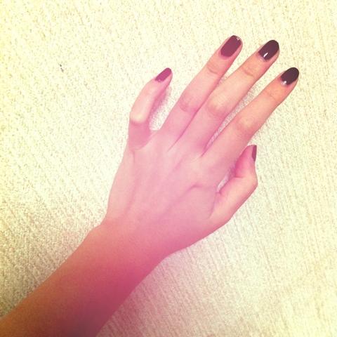 黒ネイルって似合わないから敬遠してたけど久々に塗ってみたらいい感じだった♪ 最近は短い爪に一色塗りが好きだなー。真っ赤ポリッシュいま切らしてて塗れないのー!