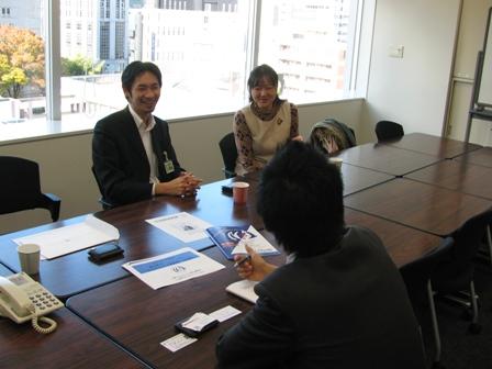 名古屋市内、某TV局で報道記者と談笑するふたり。