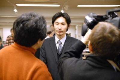 テレビ取材を受ける菅沼実行委員長