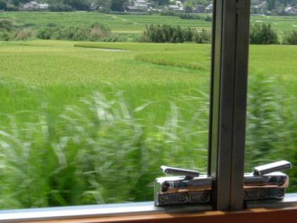 南阿蘇鉄道の車窓から緑を眺める