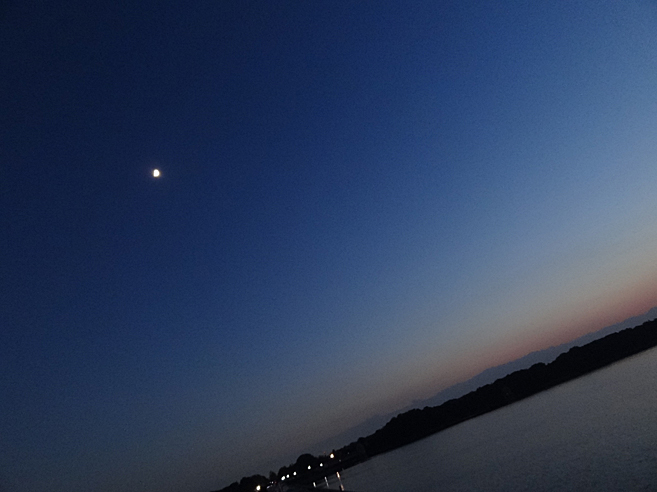 月と多摩湖
