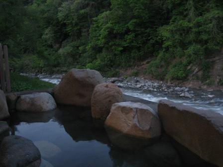 川沿いの雄大な景色を堪能しつつ♪の露天風呂〜
