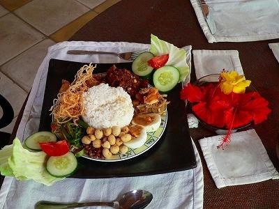 バリ料理とハイビスカス