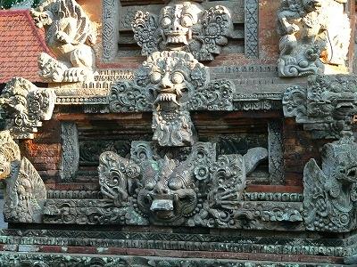 モンキー寺院の石彫