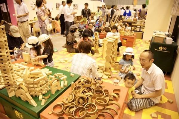 木曽川流域材のおもちゃで家族で遊ぶ