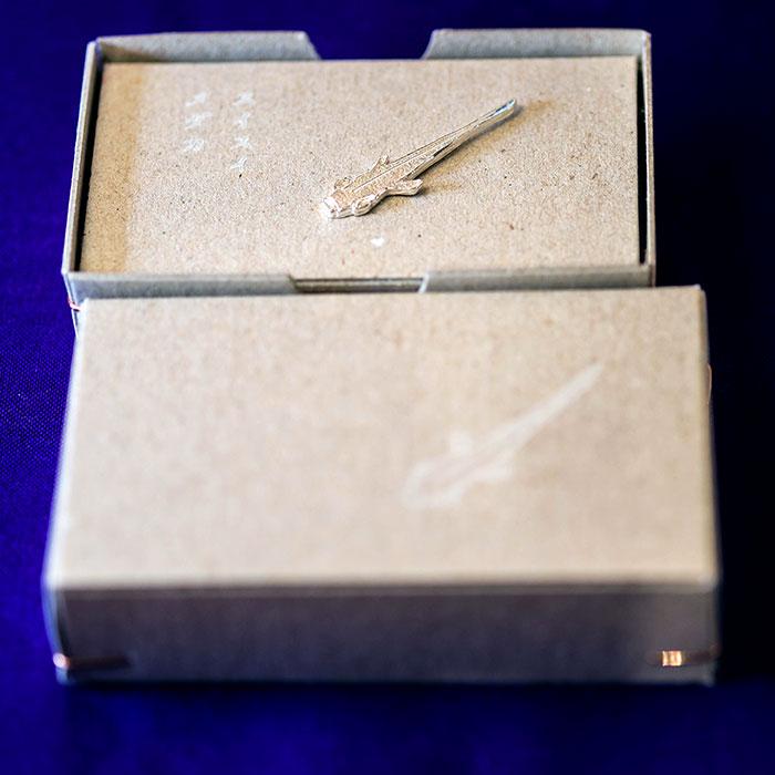 スイスイメダカ 銀 - きたのまりこ - いつものピンバッジ(たんぼのちかく)より