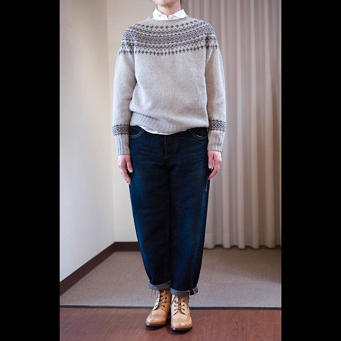 イギリスの熟練の職人が手横編機で一点一点丁寧に編み上げて行く伝統あるハンドフレームニットJames Charlotte ジェームスシャルロット。 かるくてあたたかなシェットランドウール、、、 ボトルネックにアームホールに継ぎ目のない求心編みのため、ラインもすっきりした着こ�