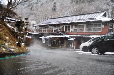温泉で坂の雪を溶かす