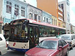 クアラルンプール市内を走るバス