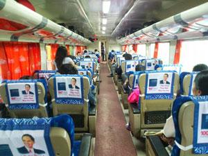 長距離電車の車内。値段が高い席。