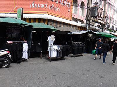 黒シャツ屋台