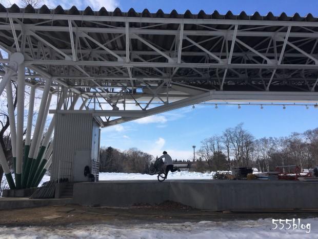 555blog ホロホロ日記 2月の帯広 緑ヶ丘公園 ステージのBMXフリースタイルライダー
