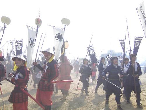 合戦を終え自分の陣地へ戻る参加者たち