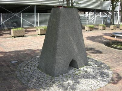 彫刻:オダ・ショエラー「米子の門」