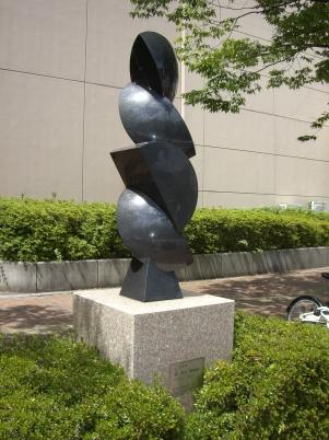 彫刻:森 亮太「こすもす」
