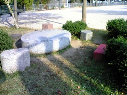 彫刻:ジャン=フランソワ・ドゥムール「Stone drops for Issa」No1