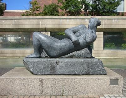 彫刻:桜井敏生「横たわる人'87」