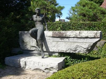 彫刻:石田 明「地の詩88」