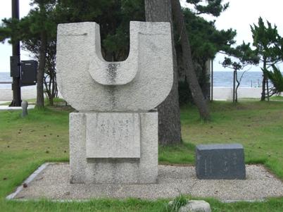 彫刻:辻 晋堂「生田春月文学碑・相寄る魂」